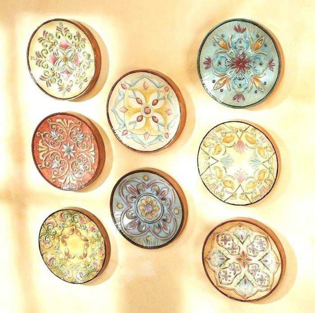 Декор стены тарелками